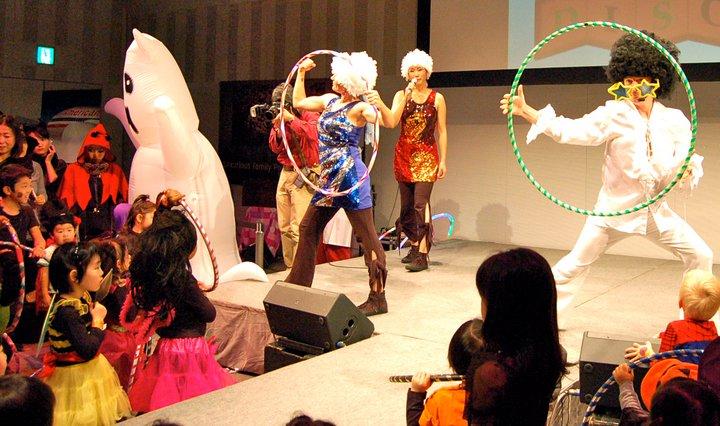 Deanne Teaching Kids how to hula hoop